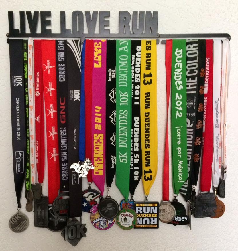 Decora tu casa como un aut ntico triatleta for Ideas para colgar medallas